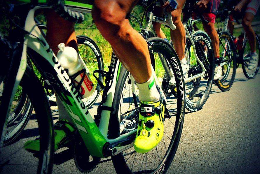 Waarom scheren wielrenners hun benen